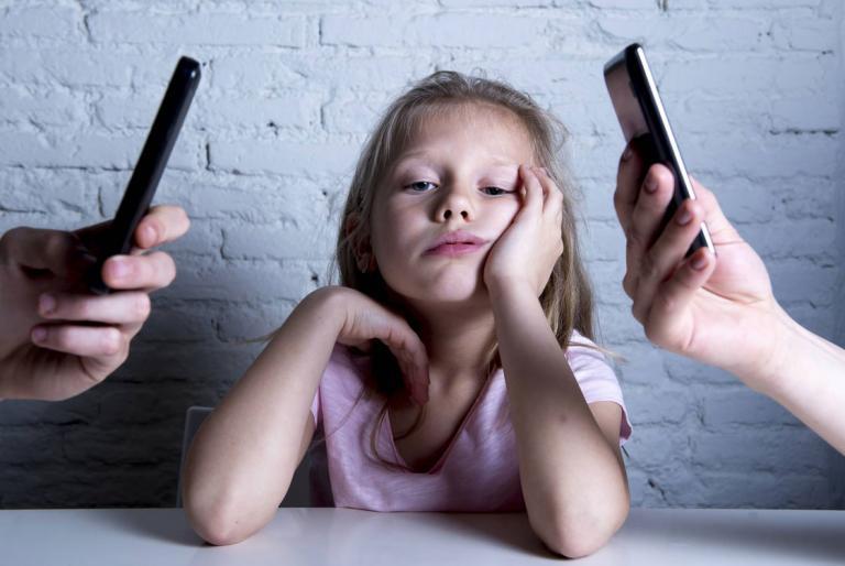 djevojcica mobitel