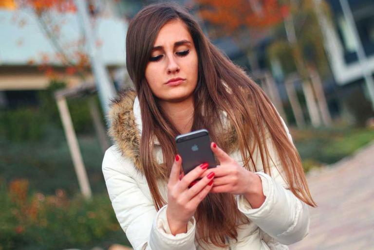 djevojka mobitel